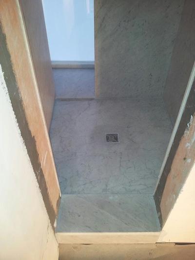 Marmor ponzo gmbh montaggio posa in opera pavimenti rivestimenti bagni scale - Montaggio piastrelle ...